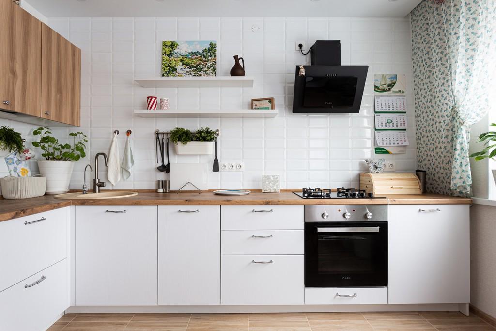 белая кухня низ под дерево