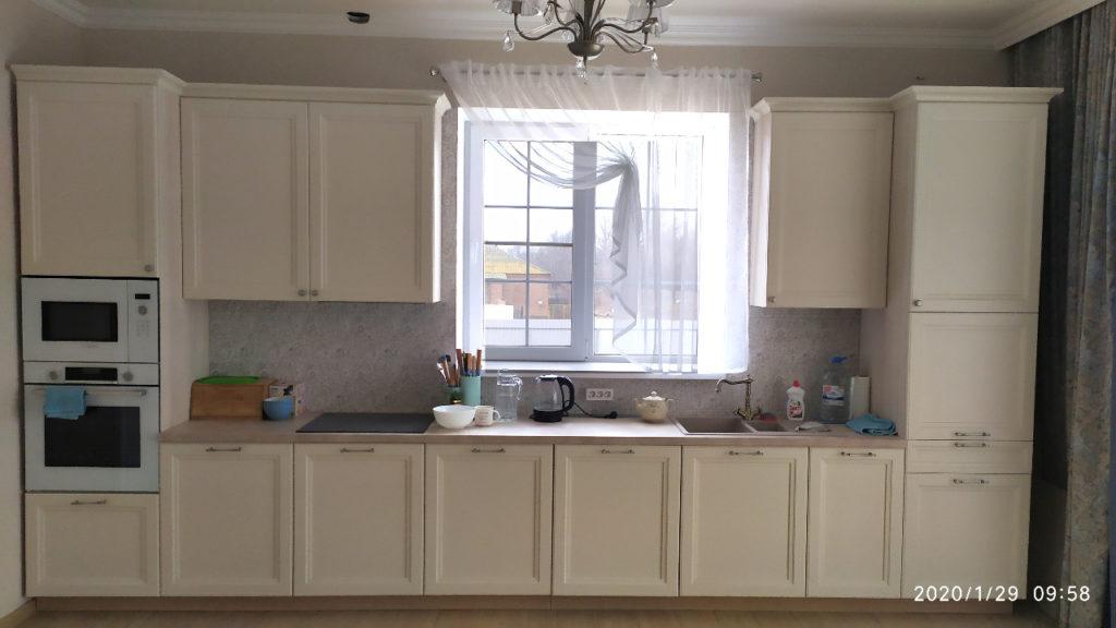 белая кухня с фрезеровкой
