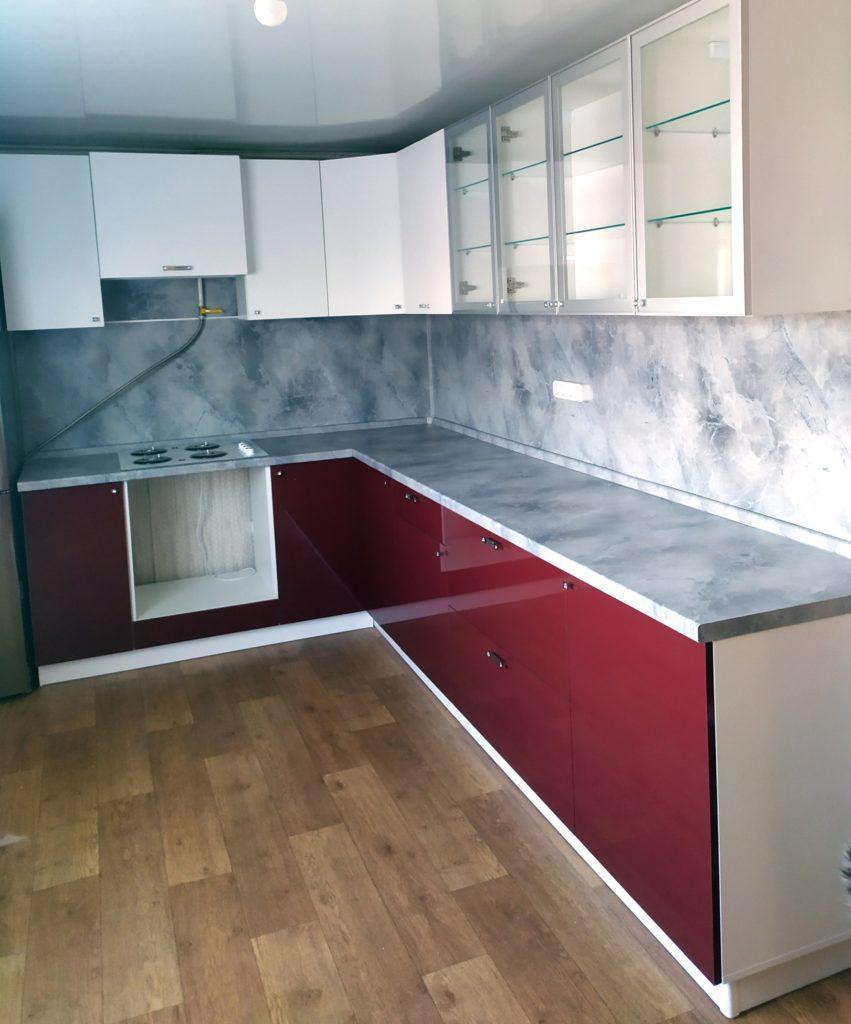 бело бордовая кухня