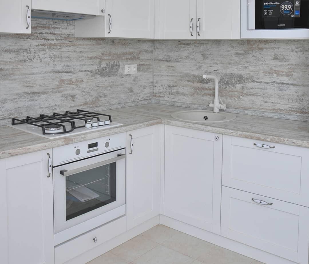 Большая угловая кухня белого цвета