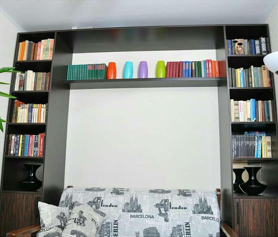 Книжные полки со столом