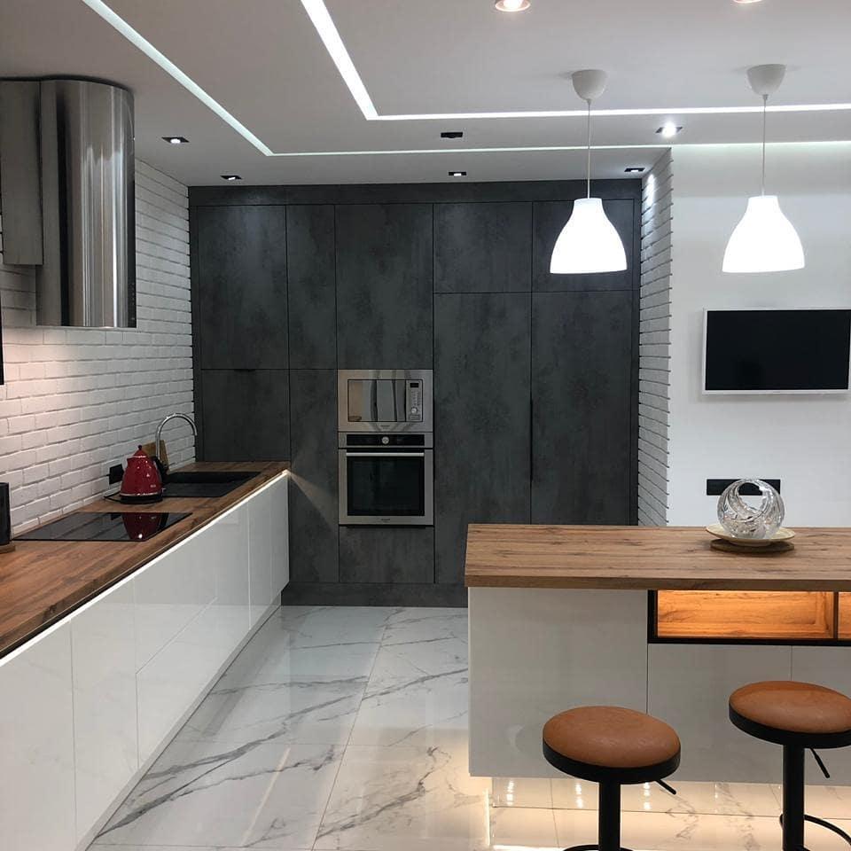 кухня белый глянец и дерево