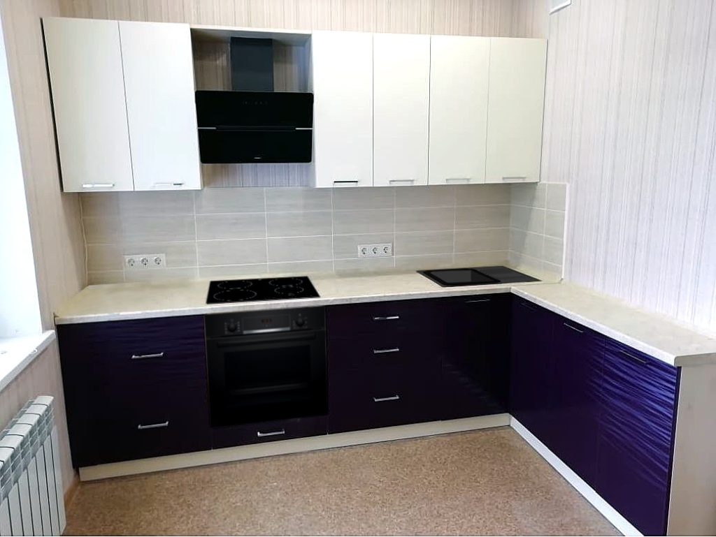 кухня фиолетовая с белым угловая