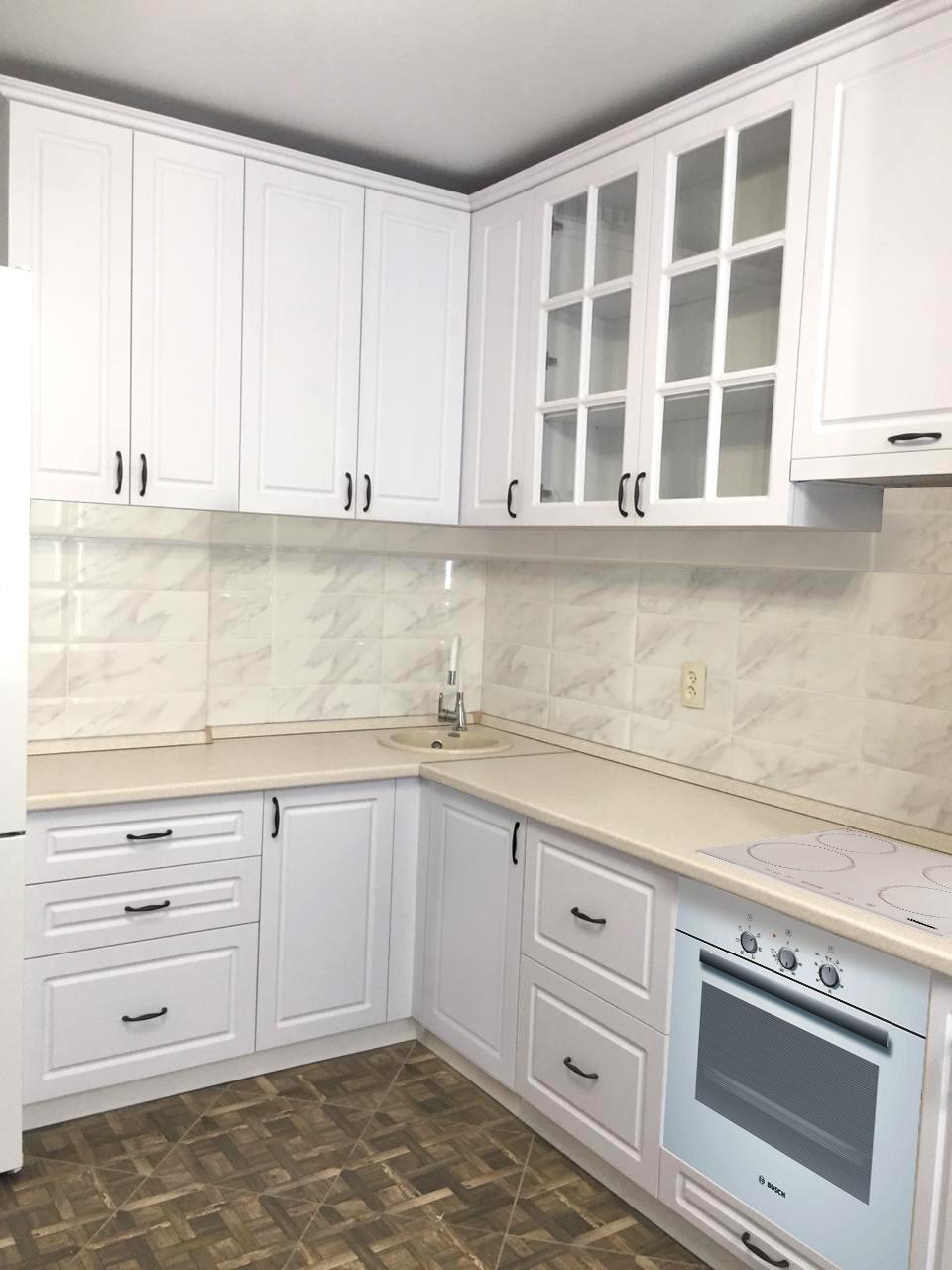 кухонный гарнитур белого цвета угловой