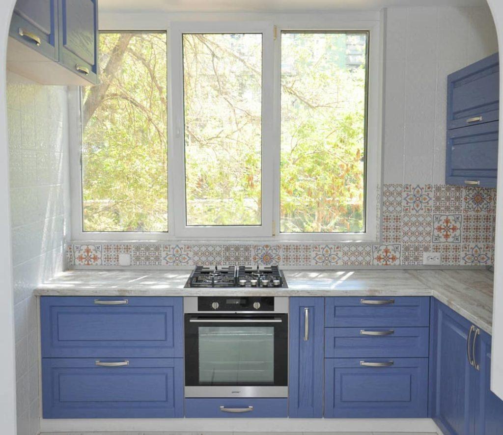 кухонный гарнитур для кухни с окном