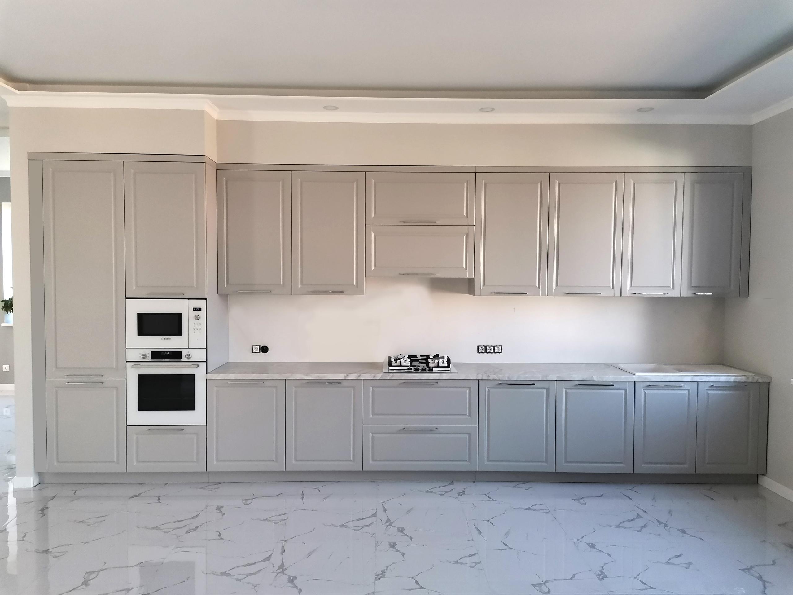 прямой кухонный гарнитур в неоклассическом стиле