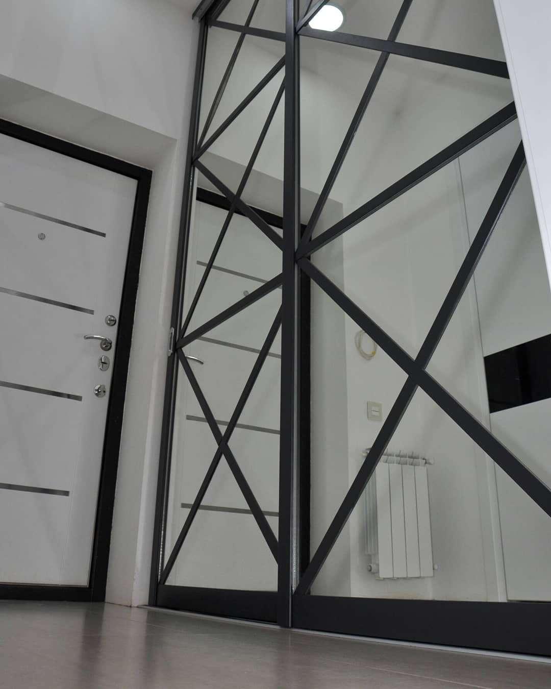 шкаф-купе с зеркалами и крестообразной раскладкой