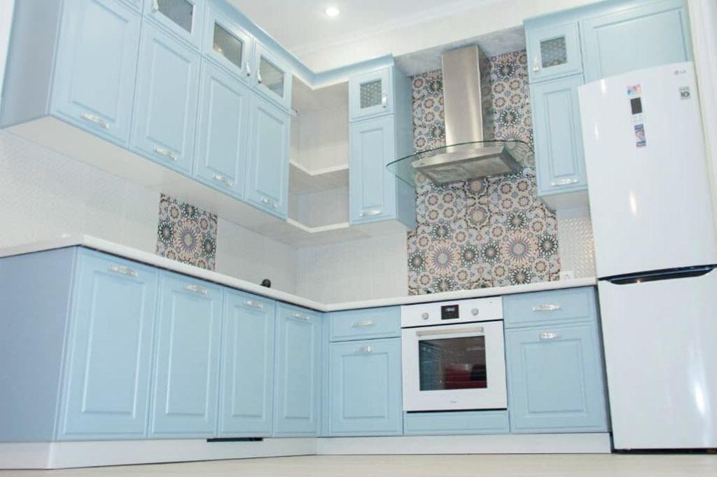 светло голубая кухня