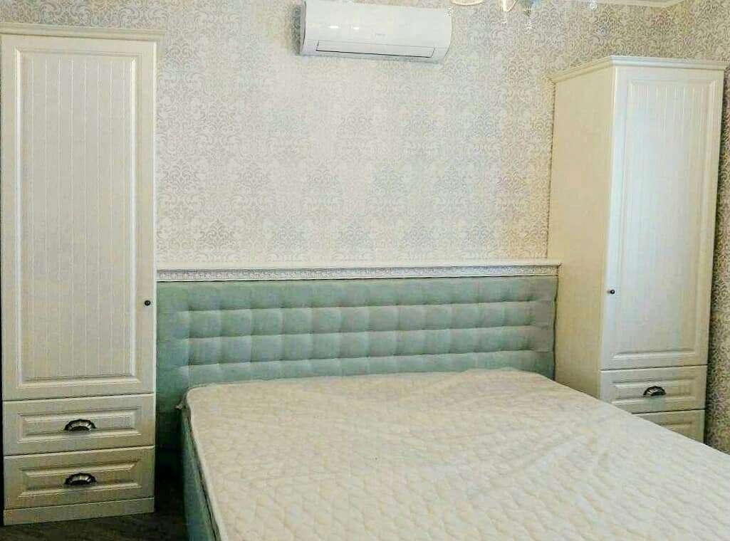 Светлый спальный гарнитур