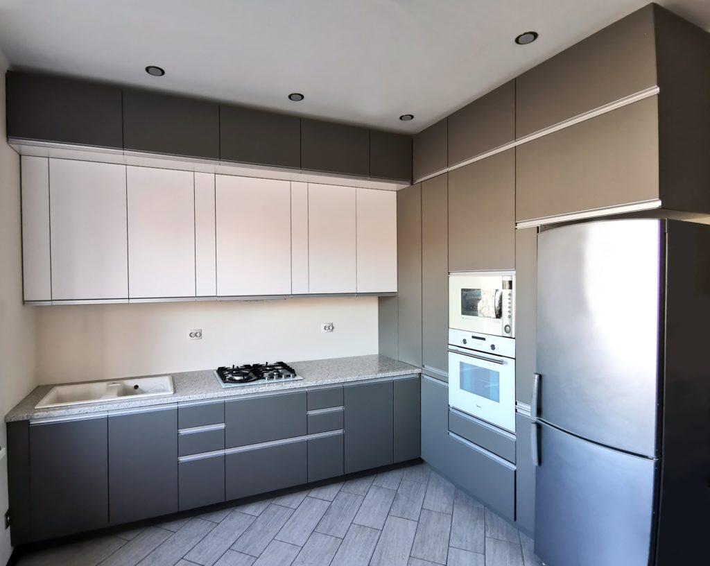 угловая кухня серая с белым
