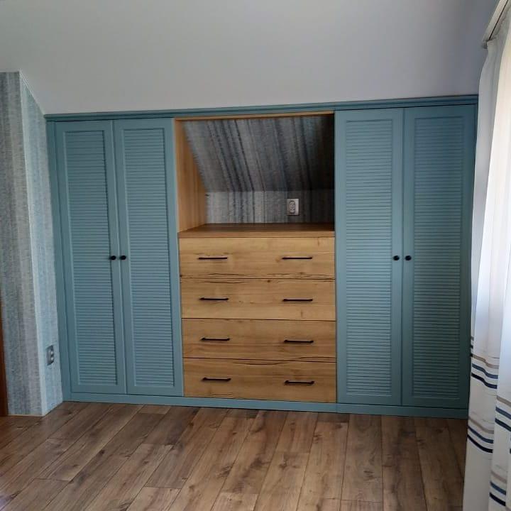 встроенный шкаф на мансарде под скосом